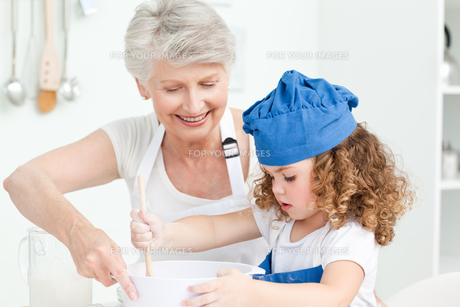 A little girl  baking with her grandmotherの素材 [FYI00483498]