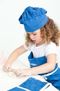 Little girl baking in the kitchenの写真素材 [FYI00483501]