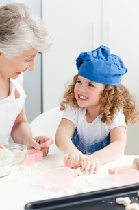 A little girl  baking with her grandmotherの素材 [FYI00483504]