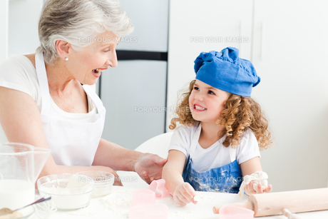 A little girl  baking with her grandmotherの素材 [FYI00483505]