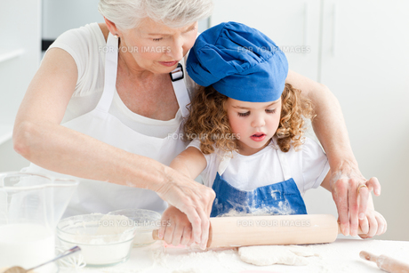 A little girl  baking with her grandmotherの素材 [FYI00483507]