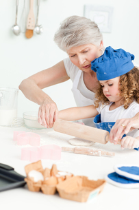 A little girl  baking with her grandmotherの素材 [FYI00483508]
