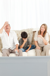A little boy with his grandparents  in the living roomの写真素材 [FYI00483515]