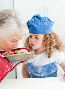 A little girl  baking with her grandmotherの素材 [FYI00483517]