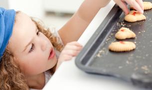 Little girl stealing cookiesの写真素材 [FYI00483519]