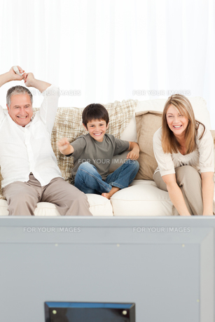A little boy with his grandparents  in the living roomの素材 [FYI00483520]
