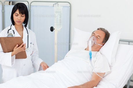 Nurse whith her mature  patientの写真素材 [FYI00483529]