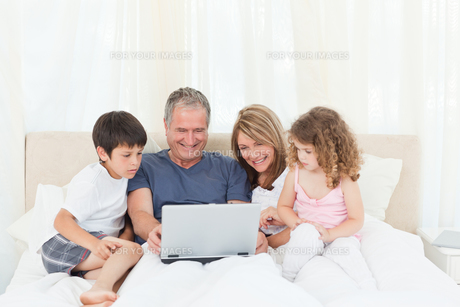 Family looking at their laptopの写真素材 [FYI00483545]