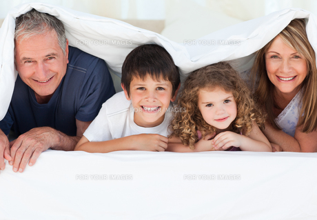 Family in their bedroom looking at the camera at homeの写真素材 [FYI00483549]