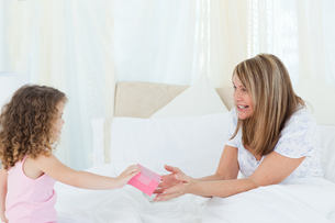 Little girl offering a gift to her motherの写真素材 [FYI00483552]
