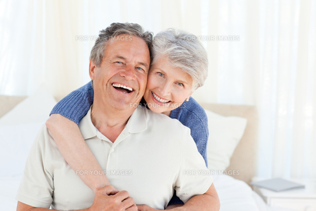 Senior couple looking at the cameraの写真素材 [FYI00483554]