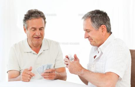 Men playing cardsの素材 [FYI00483564]