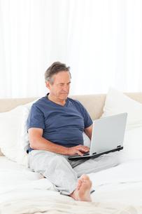 Man looking at his laptopの写真素材 [FYI00483566]