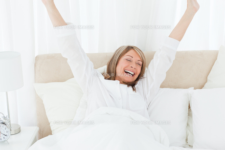 Happy woman in her bedの素材 [FYI00483583]
