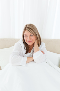 Portrait of a pretty woman on her bedの写真素材 [FYI00483585]