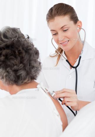 Nurse taking care of her patientの写真素材 [FYI00483591]