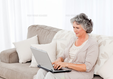 Woman working on her laptopの写真素材 [FYI00483596]