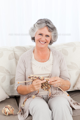 Senior woman knitting on her sofaの写真素材 [FYI00483598]
