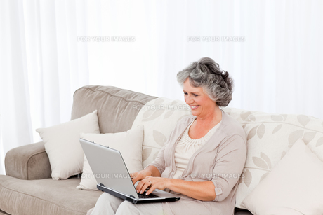 Woman working on her laptopの写真素材 [FYI00483600]