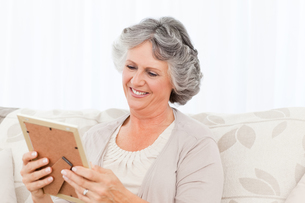 Woman looking at a photoの写真素材 [FYI00483604]