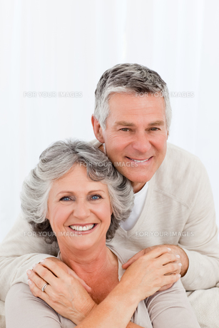 Mature couple looking at the camera at homeの写真素材 [FYI00483605]
