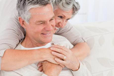 Mature woman hugging her husbandの写真素材 [FYI00483608]