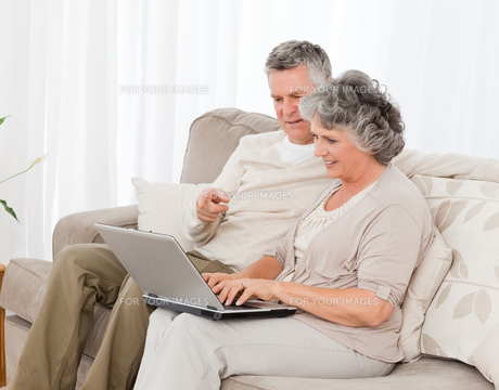 Retired lovers looking at their laptopの写真素材 [FYI00483609]