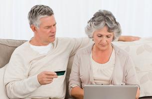 Seniors buying something on internetの写真素材 [FYI00483611]