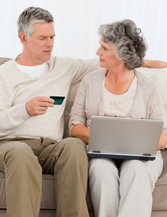Seniors buying something on internetの写真素材 [FYI00483612]