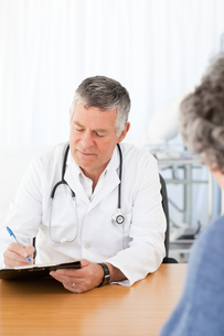 A senior doctor talking with his patientの素材 [FYI00483613]