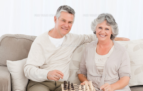 Senior couple looking at the camera at homeの写真素材 [FYI00483615]
