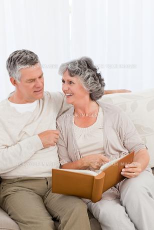 Senior couple looking at their photo albumの写真素材 [FYI00483620]