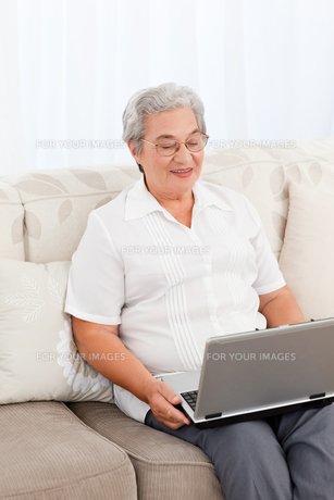 Elderly woman looking at a laptopの写真素材 [FYI00483622]