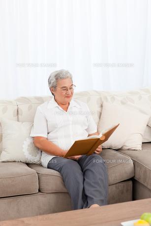 Woman looking at her photo albumの写真素材 [FYI00483625]