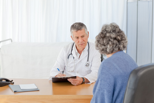 A senior doctor talking with his patientの素材 [FYI00483626]