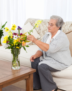 Senior woman with flowersの写真素材 [FYI00483633]