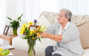 Senior woman with flowersの写真素材 [FYI00483636]