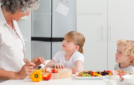 Children cooking with their grandmotherの素材 [FYI00483643]