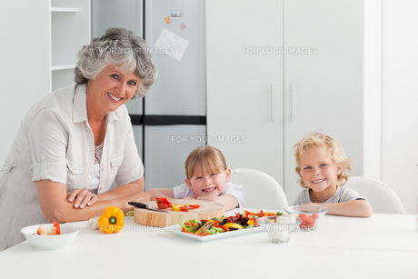 Children cooking with their grandmotherの素材 [FYI00483644]