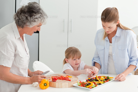 Family cooking together in the kitchen at homeの素材 [FYI00483645]