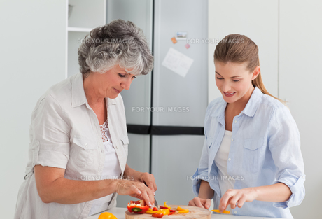 Woman cooking with her mother at homeの写真素材 [FYI00483647]