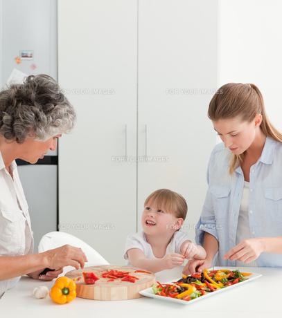Family cooking together in the kitchen at homeの素材 [FYI00483648]