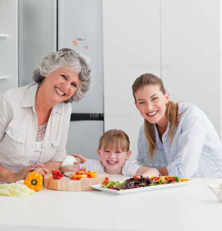 Family cooking together in the kitchen at homeの素材 [FYI00483650]