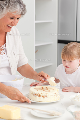 Girl baking with her grandmother at homeの素材 [FYI00483653]