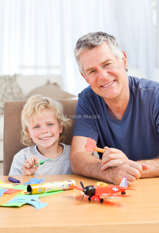 Little boy drawing with his grand fatherの写真素材 [FYI00483664]