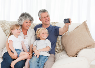 Family taking a photo of themselvesの写真素材 [FYI00483671]