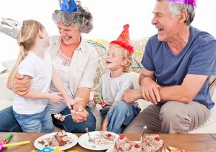 Happy family on a birthdayの写真素材 [FYI00483673]