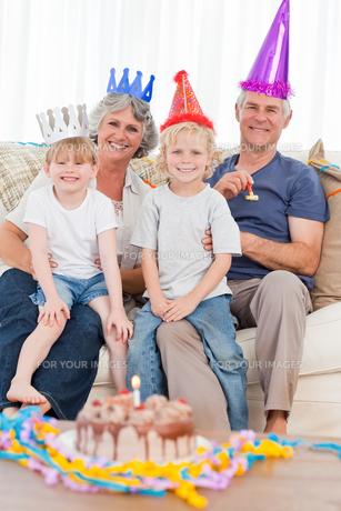 Happy family looking at the camera on a birthdayの写真素材 [FYI00483675]