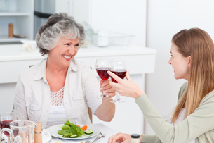Woman drinking with her motherの写真素材 [FYI00483680]