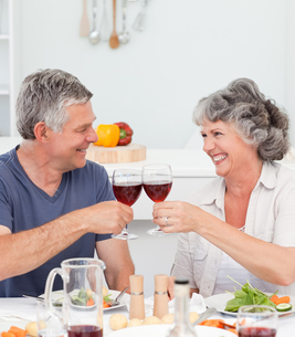 Senior couple drinking some wine at homeの写真素材 [FYI00483685]